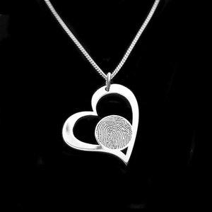 Zilveren hart hanger met vingerafdruk van Damarris